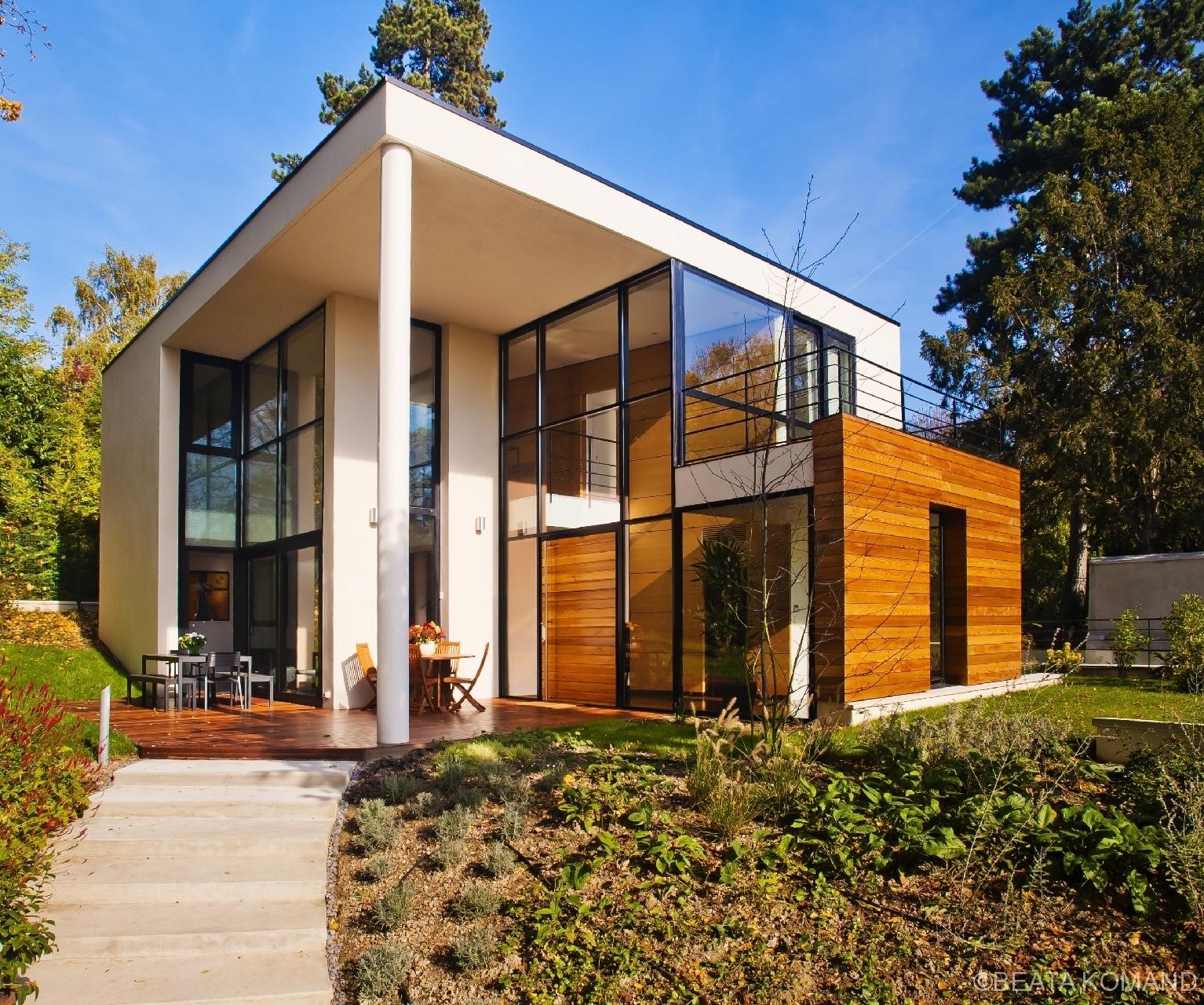 Cette magnifique maison à Sevres est pleine de lumière . Elle est l'oeuvre de l'architecte Louis-Alexandre Krier, Calk-M Architectes.