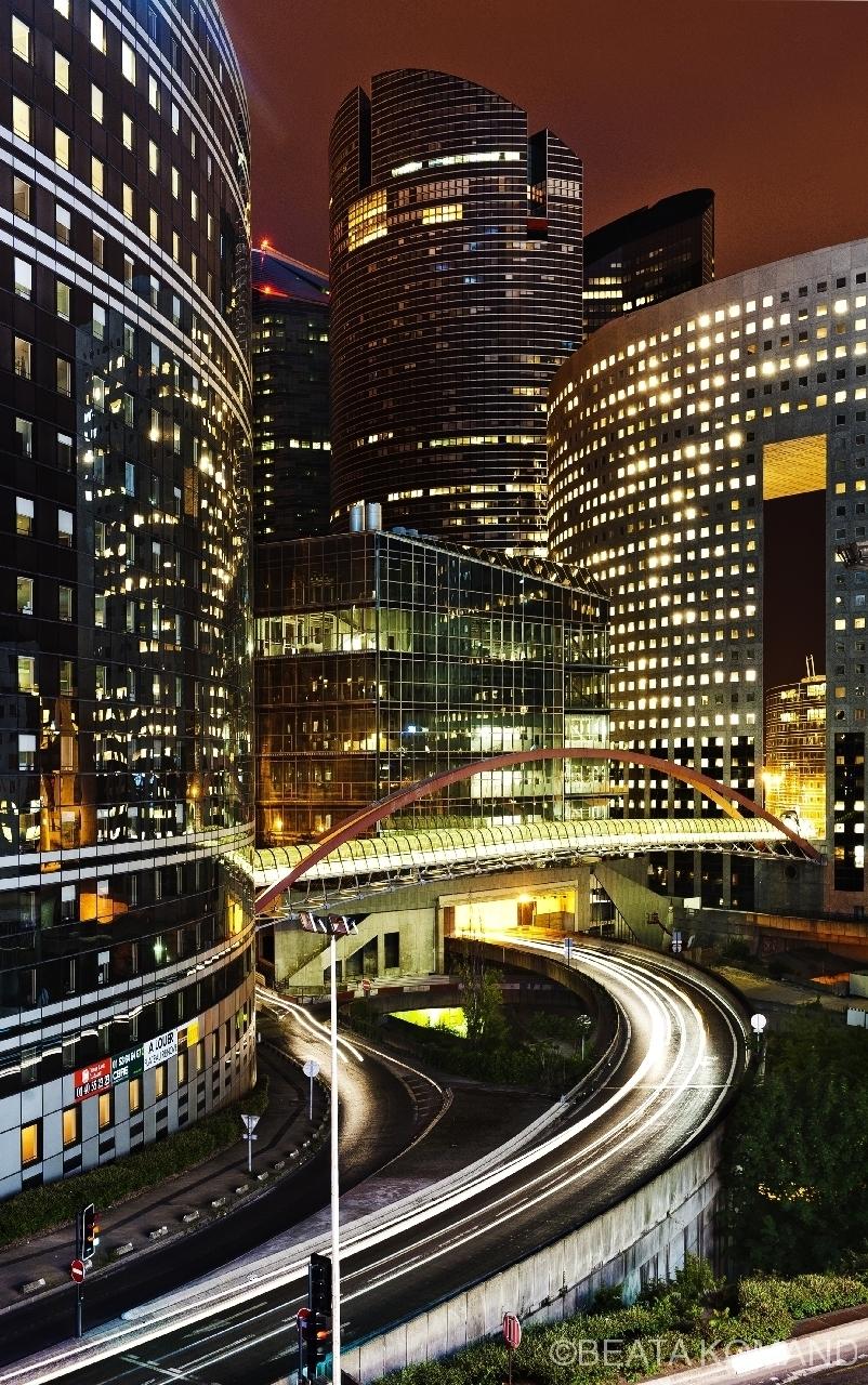 Le Japan Bridge, passerelle Kupka, passerelle piétonne de la Défense qui relie les tours Kupka et Pacific au dessous de la route departamentale 914; architecte Kisho Kurokawa;