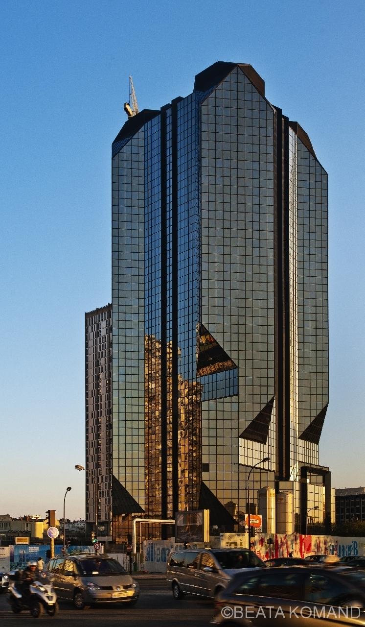 La tout Cristal dans le quartier du Front-de-Seine dans le 15ème arrondissement de Paris; architectes : Julien Penven, Jean-Claude Le Bail; pour la conception des pans coupés de la façade, les architectes se sont inspirés de travaux sur la lumière du peintre Salvador Dalí.