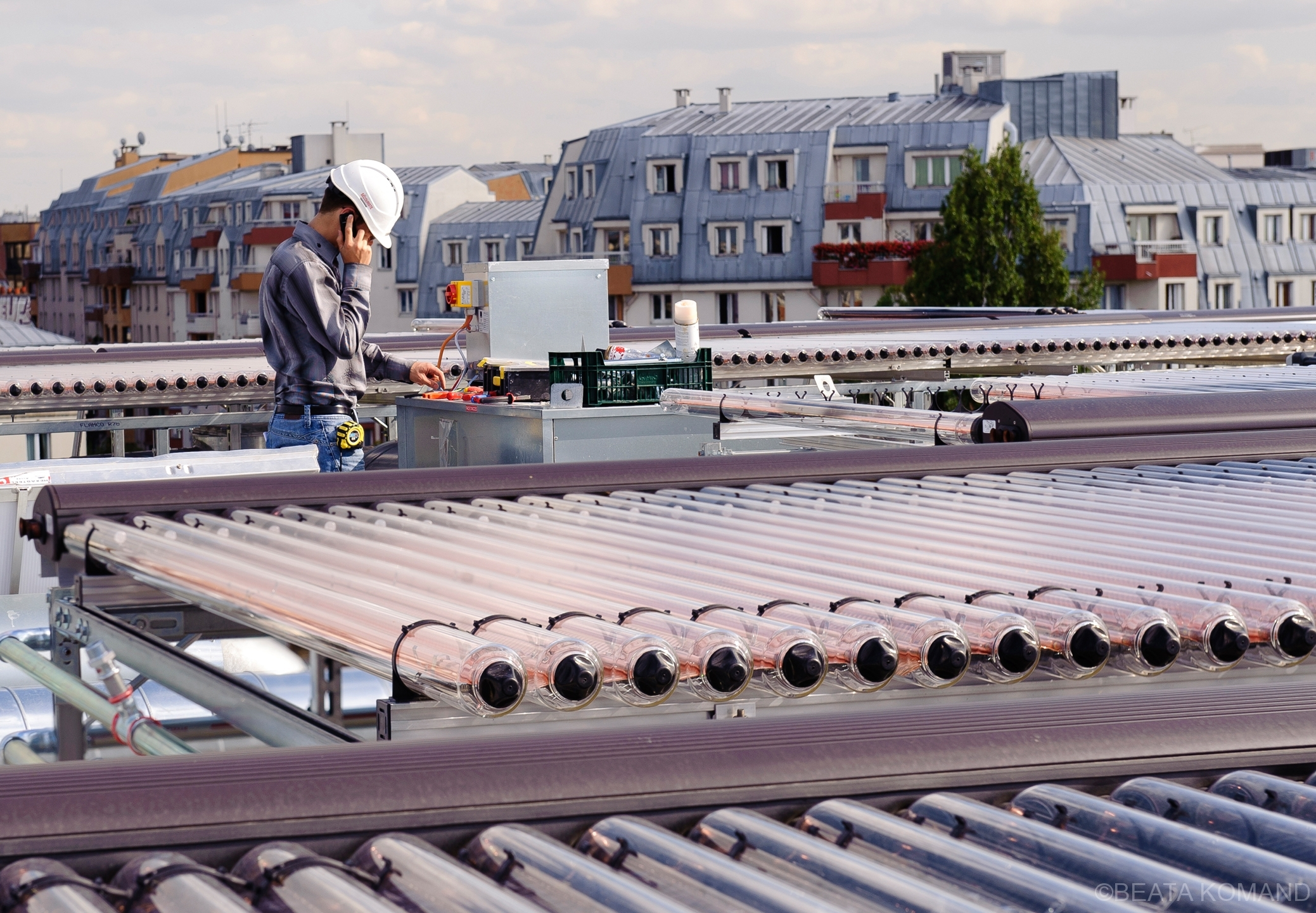 bâtiment de Emaus couvert sur sa façade et sur son toit des nouvelles installations photovoltaiques