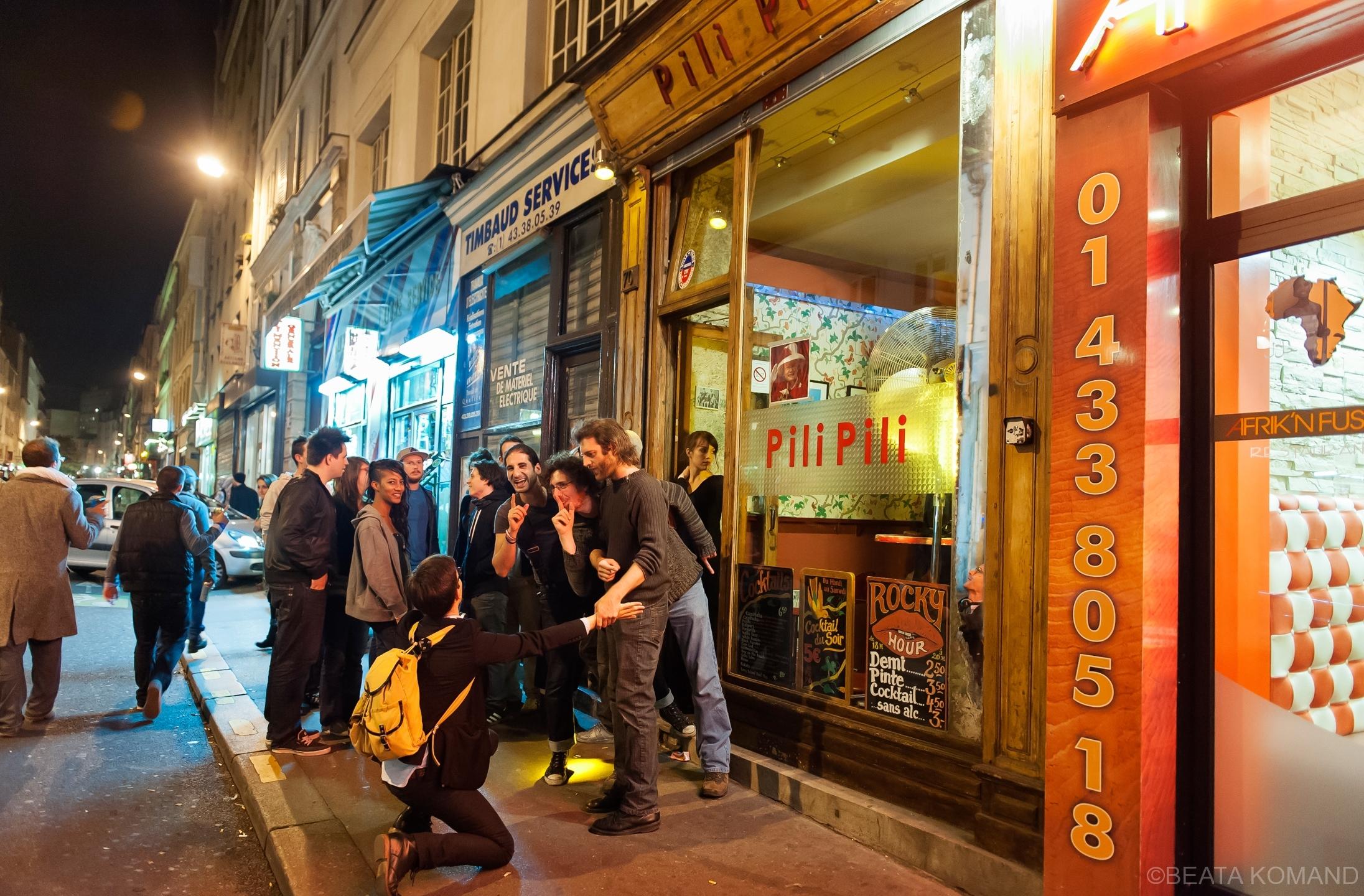 La bar a une sonde installée au dessus de l'enseigne, au bord de la fénêtes au dessus qui envoie un SMS sur le téléphone portable de barman quand le niveau de bruit est dépassé. Le 27/09/2012 à Paris.